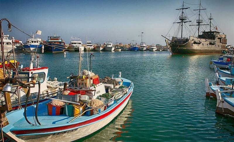 Айя-Напа, Корабль Черная жемчужина в городском порте