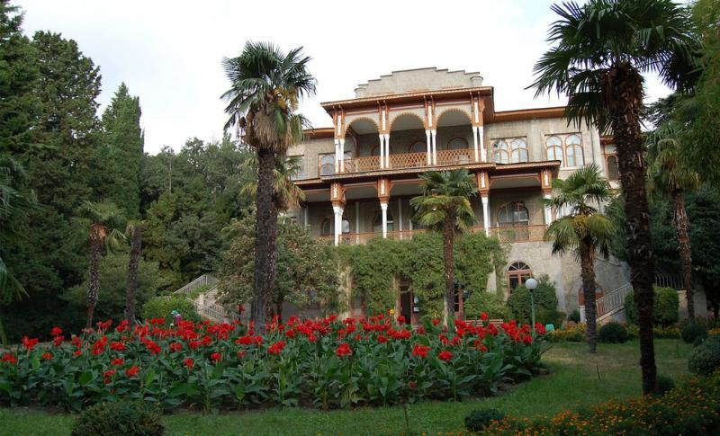 Алушта, Дворец Карасан