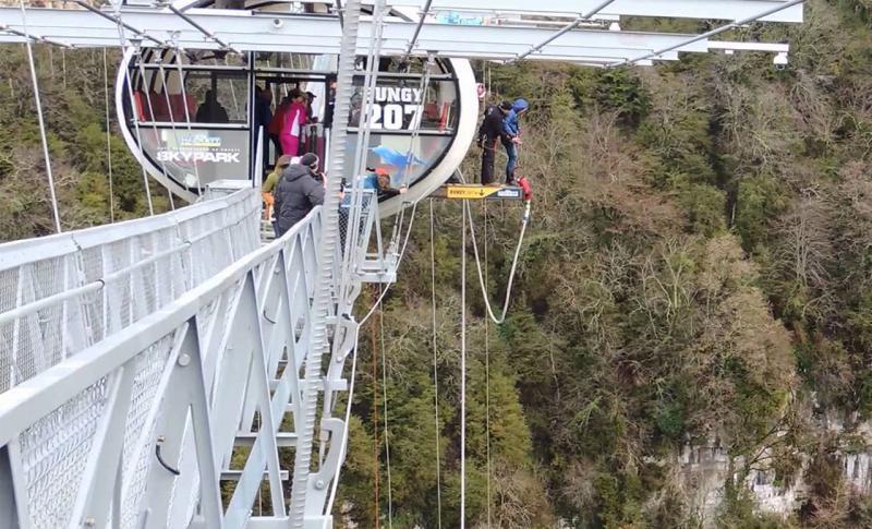 Чем заняться, Подвесной мост с площадкой для прыжков банжди в скайпарке