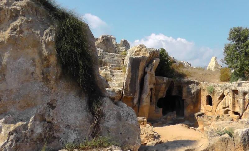 Айя-Напа, Посмотрите на гробницы Макронисос